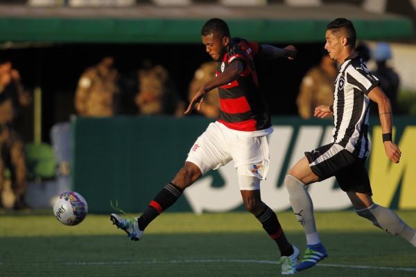 Cirino tenta jogada. Atacante chegou ao seu segundo gol consecutivo em clássicos. Foto: Gilvan de Souza/ Flamengo