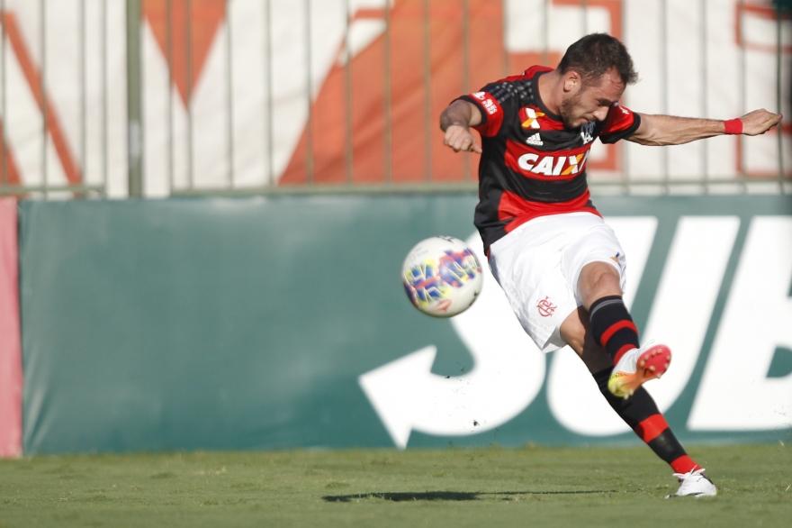 Mancuello cobrando a falta que abriu o placar. (Foto: Gilvan de Souza / Flamengo)