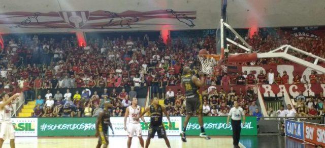 Em partida equilibrada, Flamengo garante vitória e empata a série