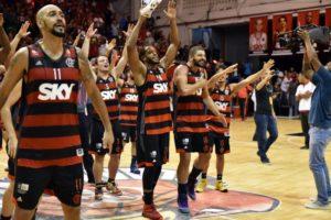 Jogadores comemoram ao final da partida - Foto: João Pires - LNB