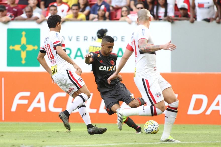Flamengo evolui, tropeça em vícios e fica no empate