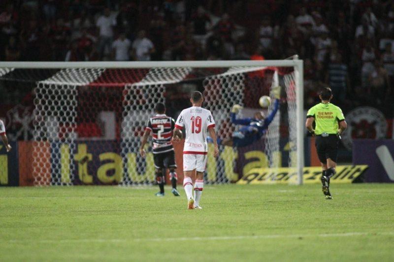 Chute forte e curva impressionante: o gol de Arão selou a vitória do Fla no Arruda. Foto: Gilvan de Souza/Flamengo