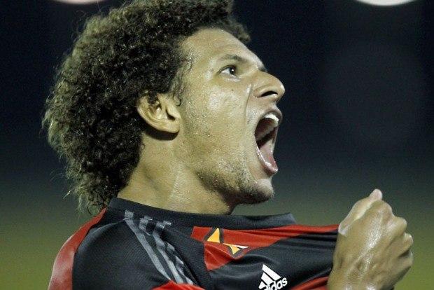 Capitão que ataca, defende e decide: Willian Arão é Seleção?