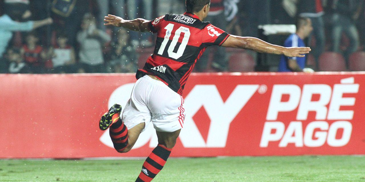 Ederson volta a marcar e Flamengo vence Internacional
