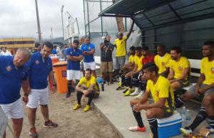 Zico passa instruções para seu time em jogo treino contra o Bangu. Foto: FC Goa