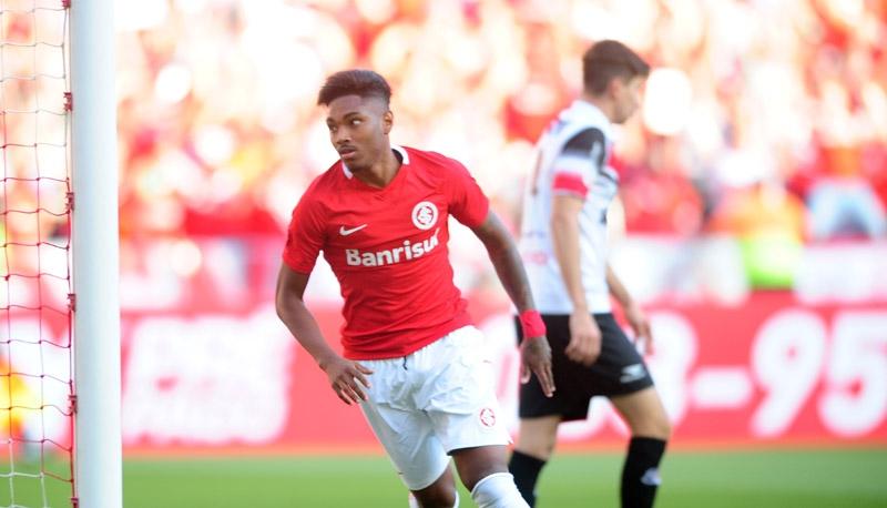 Suposto acerto com Flamengo deixa Vitinho sem clima no Inter, diz jornalista