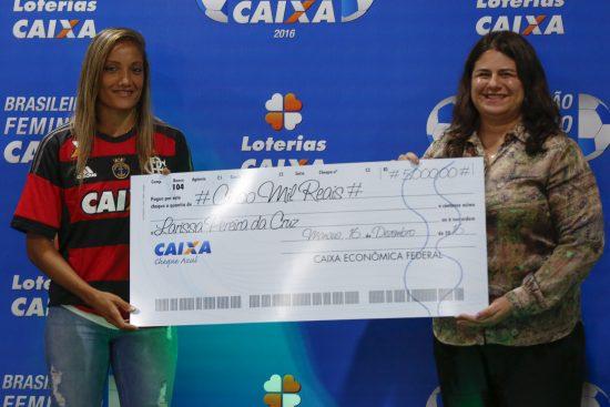 Larissa recebendo sua premiação. Foto: BRUNO KELLY/ALLSPORTS