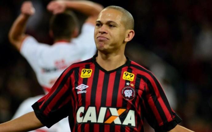 Fla negocia troca por Marcos Guilherme, confirma empresário