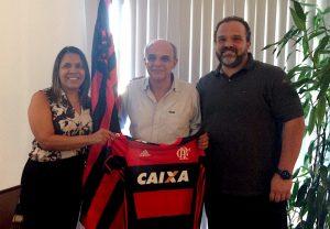 Tânia e Balbi posam depois de reunião com Bandeira de Mello. Foto: Flamengo