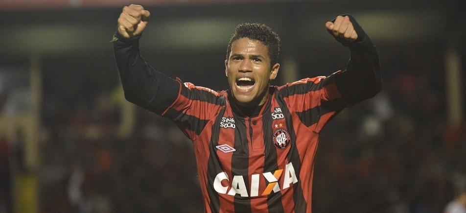 Emprestado pelo Fla, Léo é afastado por indisciplina no Atlético-PR