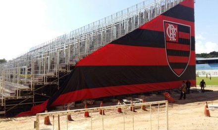 Flamengo começa a envelopar arquibancada da Ilha