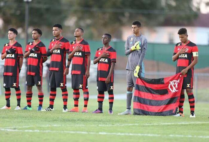 Victor Hugo defende três pênaltis, e Flamengo chega à decisão de torneio nos EUA