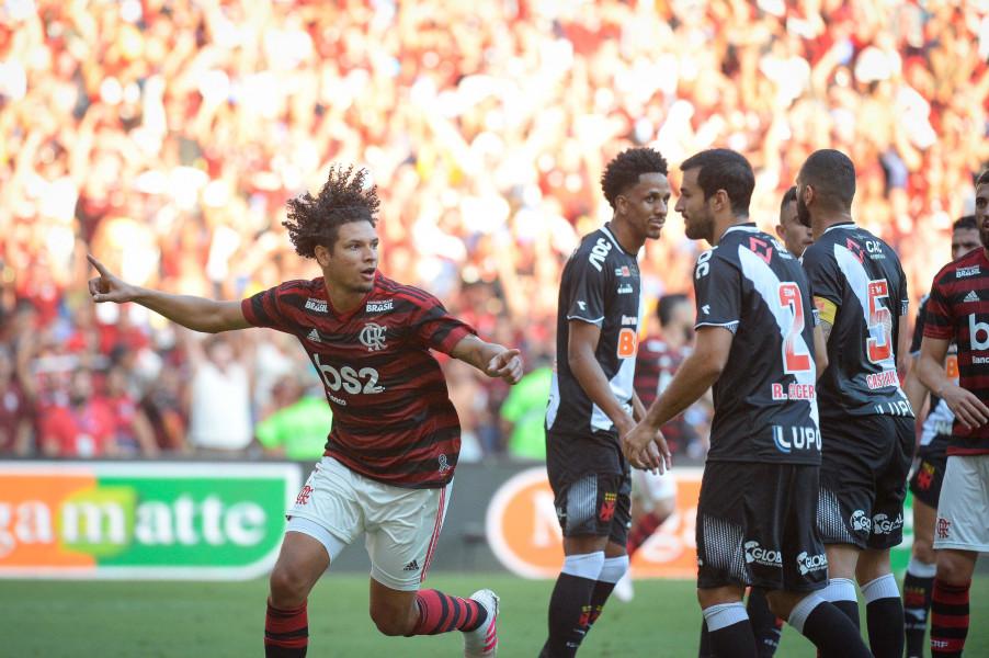 """Em boa fase, Arão comemora gol que abriu o caminho para o título e diz: """"A gente fez por merecer"""""""