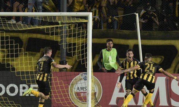 Com gol do veterano Christian Rodriguez, Peñarol vence LDU e ajuda o Flamengo