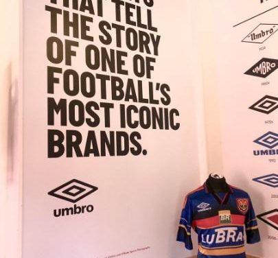 Em cerimônia comemorativa da Umbro, camisa do centenário do Flamengo é exposta