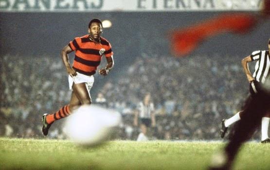 Pelé relembra partida com Zico e diz que foi uma honra pôr uma camisa como a do Flamengo