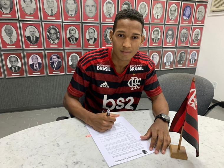 Flamengo anuncia a contratação do lateral-direito João Lucas, ex-Bangu
