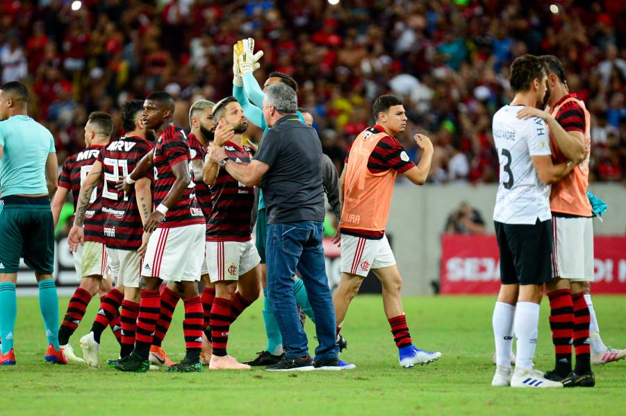 Após vitória suada, torcida continuou pedindo a demissão de Abel na saída do Maracanã