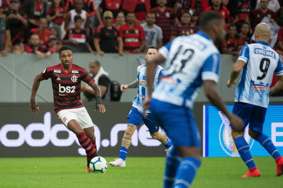 Em 2019, Vitinho leva mesmo tempo que Bruno Henrique para marcar cada gol