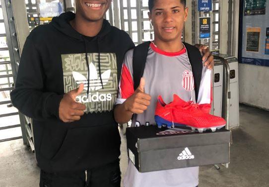 Atacante do Fla dá show de solidariedade e doa chuteiras para jogador do Bela Vista FC